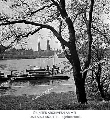 Blick auf die Alster und das Rathaus in Hamburg, Deutschland 1930er Jahre. View to the Alster and the ciyt hall at Hamburg, Germany 1930s