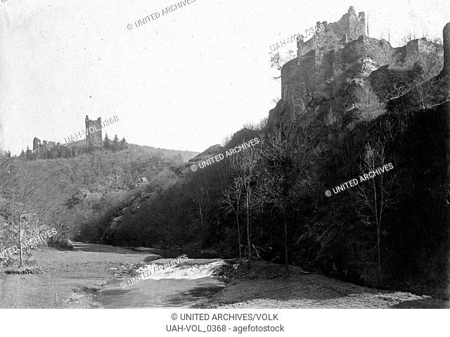 Oberburg und Niederburg in Manderscheid in der südlichen Eifel, Deutschland 1930er Jahre. Upper and lower castles of Manderscheid in the southern Eifel region
