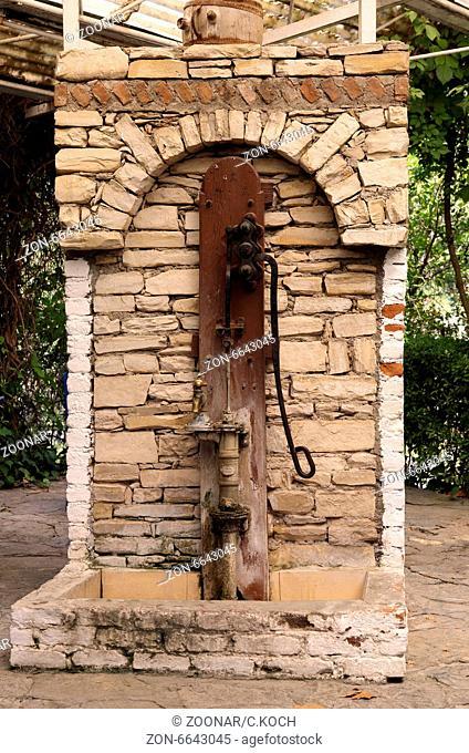 alte Wasserpumpe in der Tuerkei, 2014