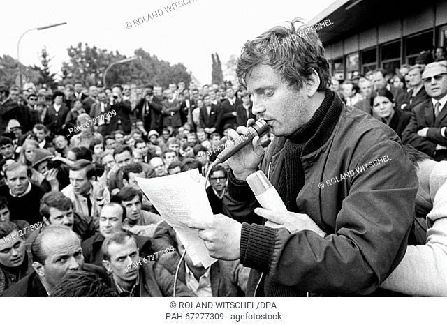 "Daniel Cohn-Bendit delivers a statement. Daniel-Cohn Bendit's attempt to enter France across the border """"Goldene Bremm"""" near Saarbruecken despite a refusal of..."
