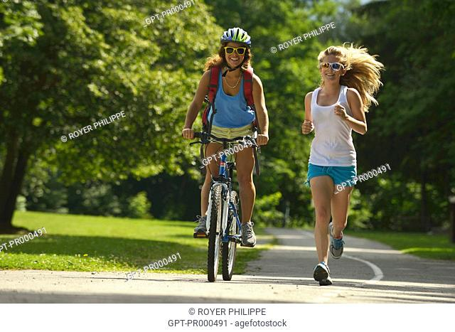 TEENAGERS RUNNING AND ON MOUNTAIN BIKES, SAVOY (73), RHONE-ALPES, FRANCE