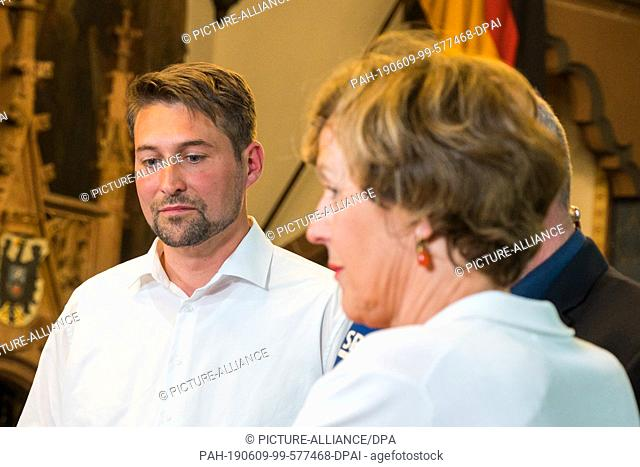 09 June 2019, Saarland, Saarbrücken: Uwe Conradt (CDU) and Charlotte Britz (SPD) are interviewed in the town hall after the run-off election for the Lord...