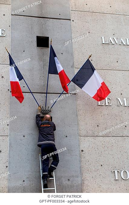 HANGING OF THE TRICOLOR FLAGS ON THE FACADE OF THE MONTPARNASSE TRAIN STATION, PARIS (75), FRANCE