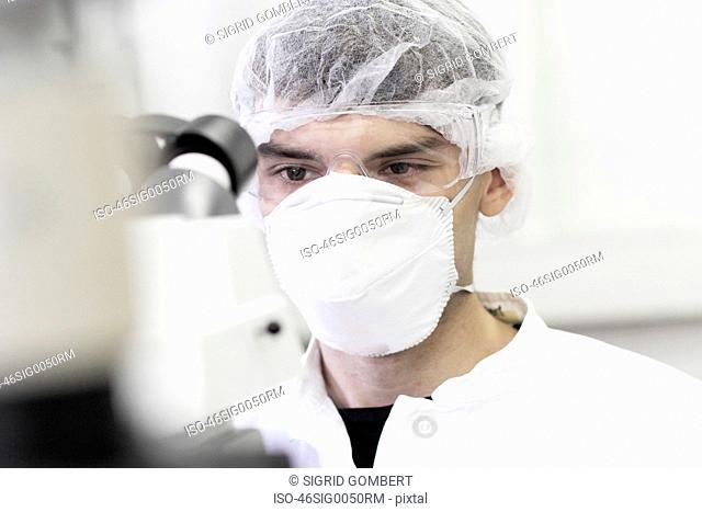 Scientist wearing facemask in lab