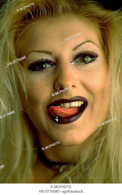 Junge Frau extrem stark geschminkt und mit Zugenpiercing, 2002 - Hamburg, Germany, 13/02/2002
