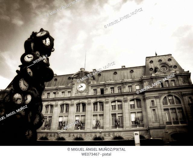 L'heure de tous (1985), sculpture by Arman (Armand Pierre Fernandez, 1928-2005), Gare Saint-Lazare (Saint Lazare railway station), Paris