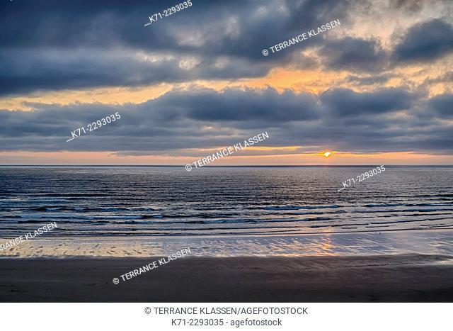 A Pacific Ocean sunset near Newport, Oregon, USA