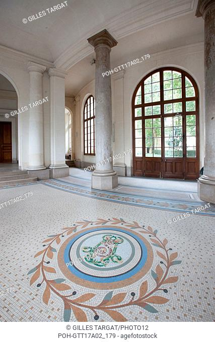 Paris, boulevard Saint Michel, lycee saint louis, entrance hall and monogram of Saint Louis, Photo Gilles Targat