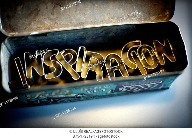 Inspiración (inspiration), message inside old metallic box