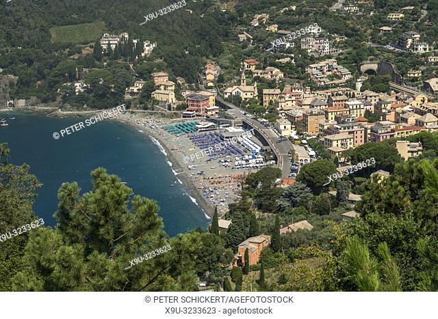 Blick von oben auf Strand und den Ort Levanto, Riviera di Levante, Ligurien, Italien | View from above to beach and village Levanto, Riviera di Levante, Liguria