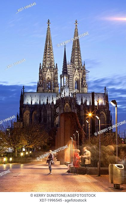 Cologne Cathedral (Hohe Domkirche St. Petrus) at dusk, Cologne, Rhine-Westphalia, Germany