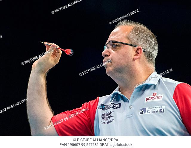 06 June 2019, Hamburg: Darts, Team World Championship, Round 1, Germany - Hungary. Pal Szekely from Hungary in action. Photo: Daniel Bockwoldt/dpa