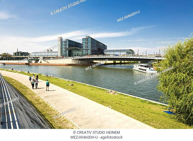 Germany, Berlin, Boat on Spree river, New Central Station in background