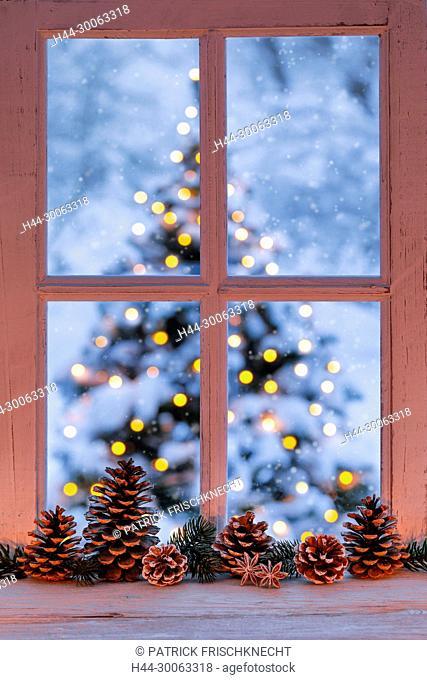 Fenster mit Blick auf Christbaum