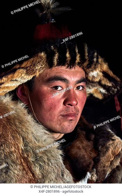 Mongolia, Bayan-Olgii province, Jenisbek, Kazakh eagle hunter