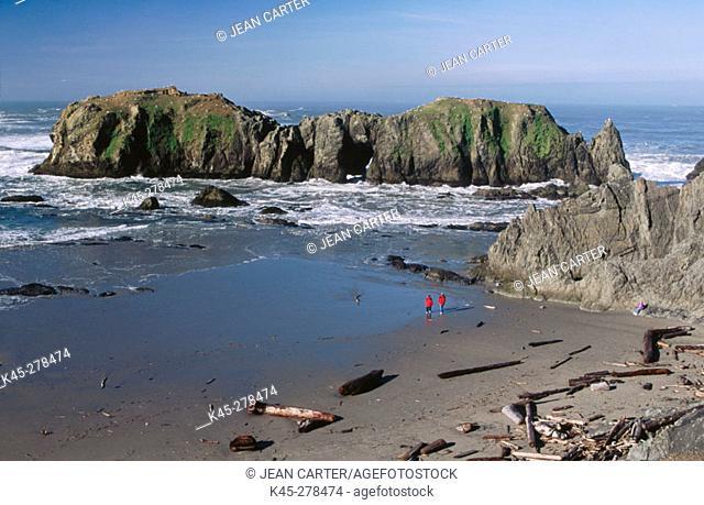 Visitors exploring beach at Coquille Point, Bandon, Southern Oregon Coast, USA