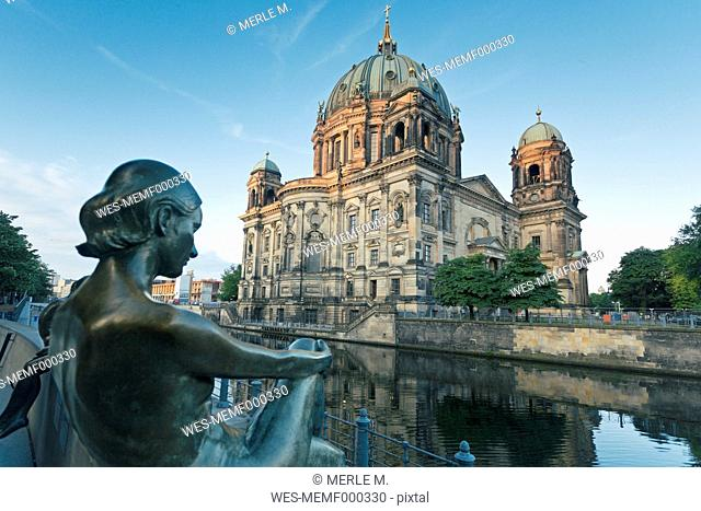 Germany, Berlin, view to Berlin Cathedral with sculpture in the foreground