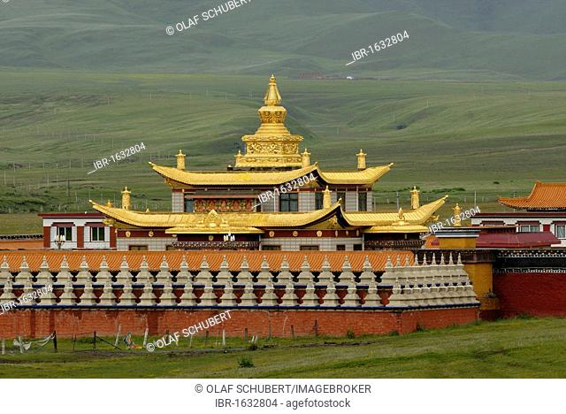 Golden roofs and chorten of a Tibetan monastery in the grasslands of Tagong in front of the snowy Mount Zhara Lhatse, 5820m, Lhagang monastery, Lhagang Gompa
