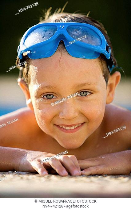 Andrés pasándolo en grande en la piscina, aprovechando las vacaciones del Verano