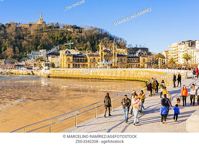 Promenade of La Concha, in the background, the Nautical Club, the marina and Mount Urgull. San Sebastian, Gipuzkoa, Donostialdea, Basque Country, Spain, Europe