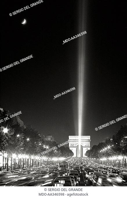 The risk of a revolution in Paris has been averted. Scenographic light to the sky in Place de l'Etoile, in front of the Arch de Triomphe