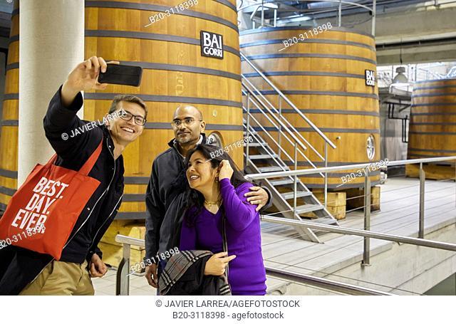 Guide with couple of tourists, Bodegas Baigorri, Samaniego, Rioja Alavesa, Araba, Basque Country, Spain, Europe