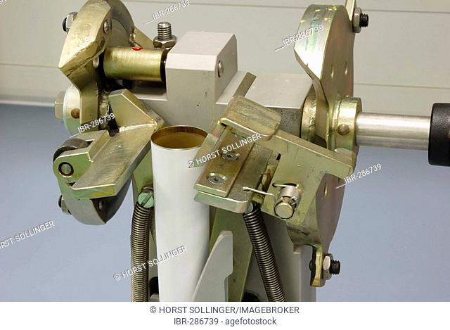 Device for the crimping of aluminium tubes