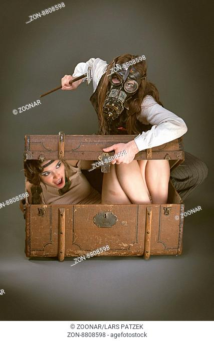 Paar beim Rollenspiel im vintage, retro, victorian, Steampunk Stil. / couple performing a role play in vintage, retro, victorian, Steampunk style