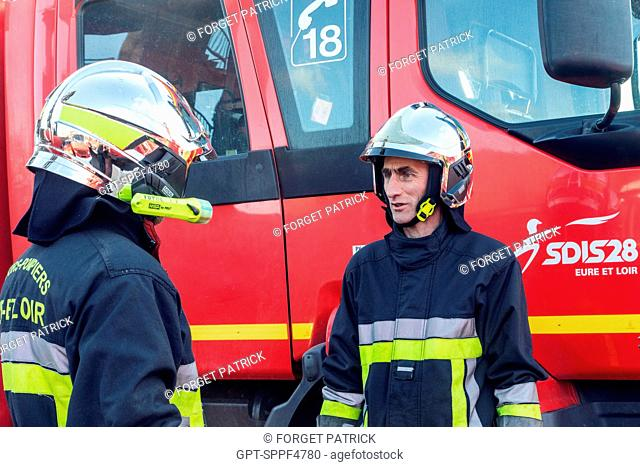 FIREFIGHTERS IN FRONT OF THE FIRE ENGINE, EMERGENCY SERVICES DEPARTMENT OF CHATEAUDUN, EURE-ET-LOIR (28)