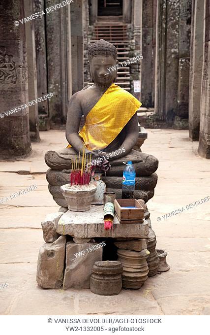 Buddha statue at the Bayon in Angkor Thom, Cambodia  V10CAM0055RM