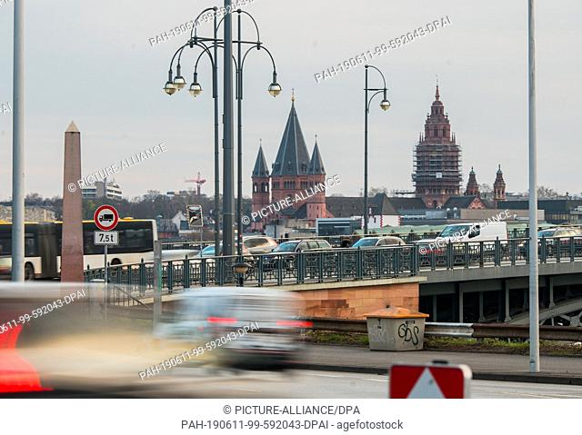 27 March 2019, Rhineland-Palatinate, Mainz: Cars drive from Mainz Kastel over the Theodor-Heuss bridge to the cathedral city