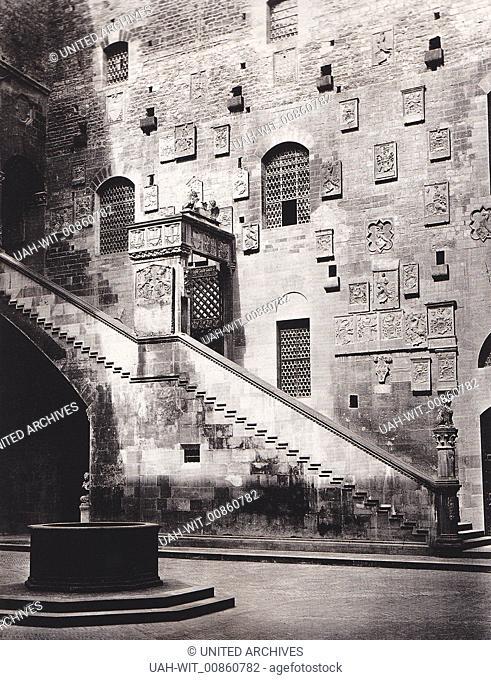 Treppe und Brunnen im Innenhof des Palazzo del Bargello in Florenz