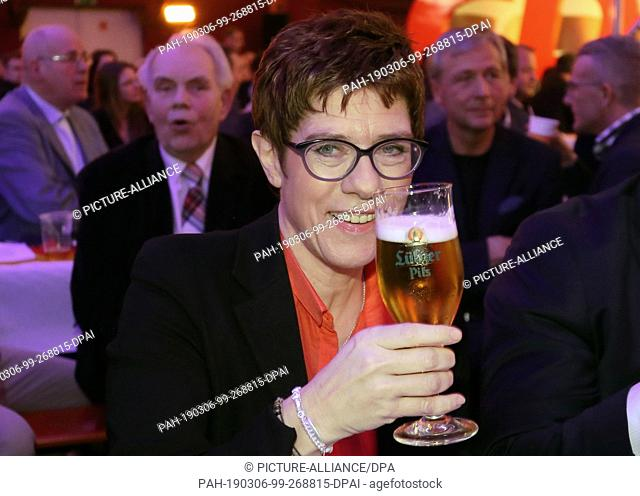 06 March 2019, Mecklenburg-Western Pomerania, Demmin: Annegret Kramp-Karrenbauer, CDU federal chairman, is holding a glass of beer at the 24th Political Ash...
