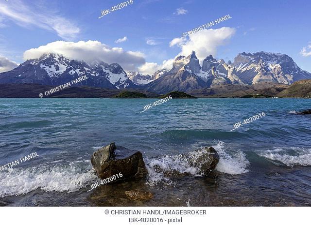 Lago Pehoe Lake and Paine Grande Massif, Torres del Paine National Park, Magallanes y la Antártica Chilena Region, Chile
