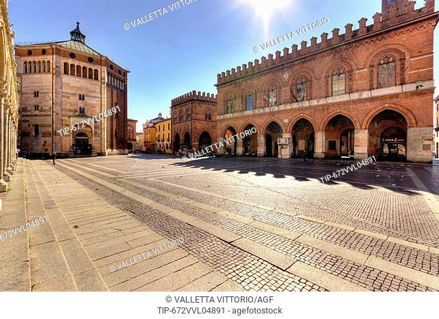 Italy, Lombardy, Cremona, Piazza del Comune, the baptistery and city hall