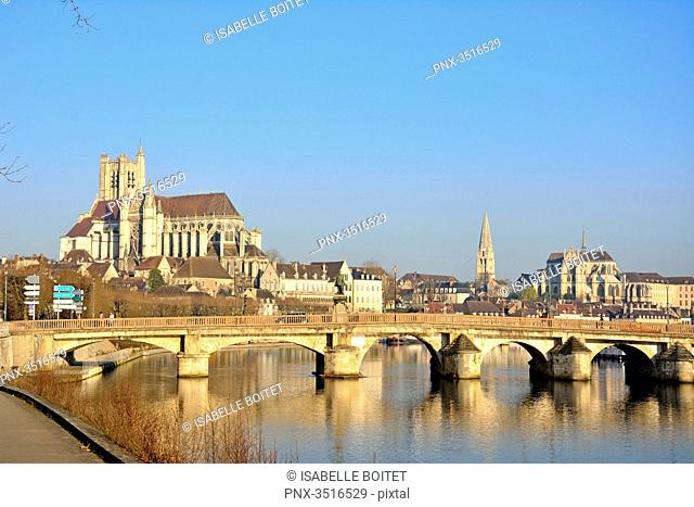 France, Burgundy, Yonne, Auxerre, the Yonne and from left to right, the cathedral Saint-Etienne of Auxerre, the abbey Saint Germain