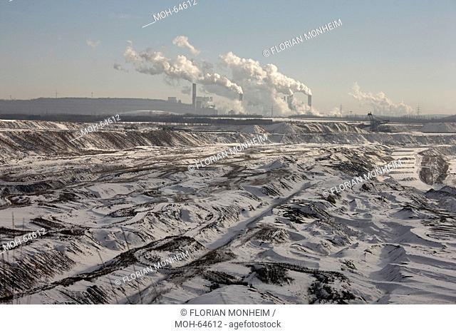 Landschaft im Schnee, Im Hintergrund Kraftwerk