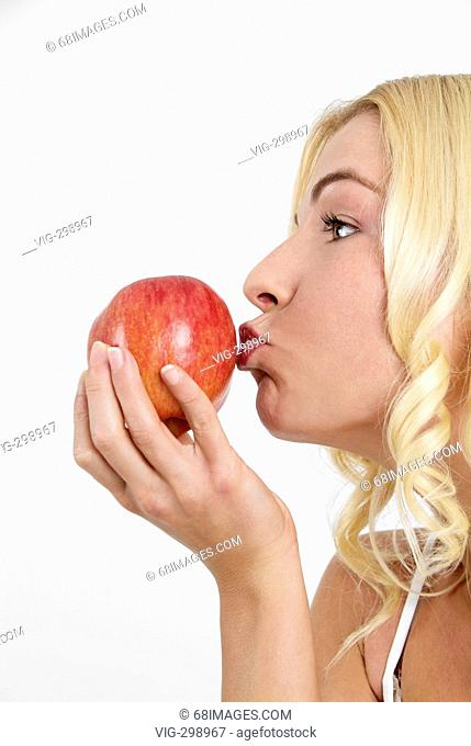 junge blonde Frau k³sst einen Apfel in der Hand - Beauty - woman - Lifestyle. - Studio, GERMANY, 24/08/2006