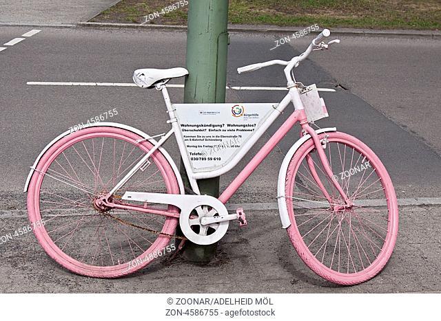 Fahrrad, Schild, Bürgerhilfe, Der Paritätische Spitzenverband, Berlin, Deutschland Bicycle, sign, citizen help, the Joint tip Association, Berlin, Germany