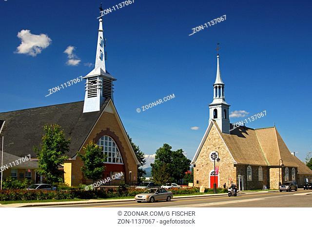 Neue Kirche (links) und Kirche Saint-Pierre-et-Saint-Paul, historisches Monument in der Ortschaft St-Pierre-de-l'Ile-d'Orleans auf der Insel Orléans Island