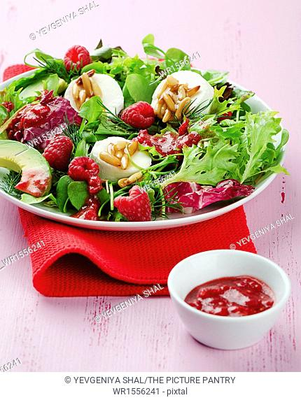 Salad with goats cheese and raspberries