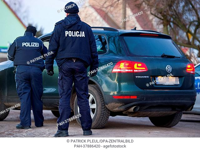 Polish and German police officers search avehicle in Biegen near Frankfurt Oder, Germany, 05 March 2013. German and polish police forces intend to improve...