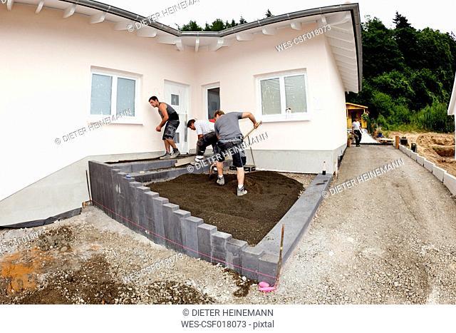 Germany, Rhineland Palatinate, Workers assembling concrete