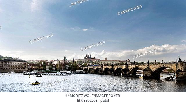 Vltava river with Charles Bridge or Karluv most, Prague Castle at the back, UNESCO World Heritage Site, Prague, Hlavní mesto Praha, Czech Republic