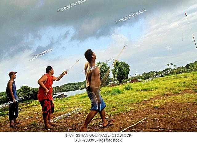 hommes lancant un javelot,Tahiti,iles de la Societe,archipel de la Polynesie francaise,ocean pacifique sud