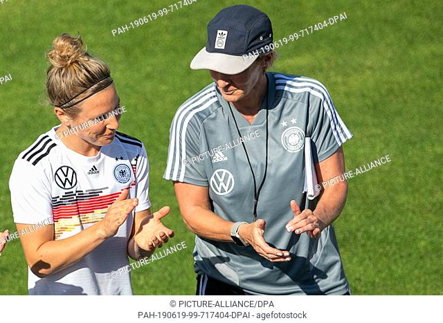 19 June 2019, France (France), Grenoble: Football, women: World Cup, national team, Germany, training: Svenja Huth (l) talks to Martina Voss-Tecklenburg