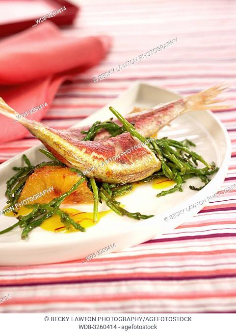 salmonetes con algas, naranja y azafran