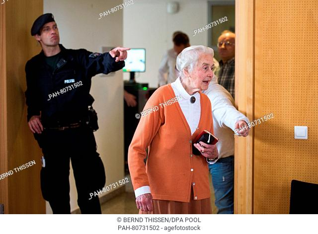 Ursula Haverbeck-Wetzel, mehrfach verurteilte Holocaustleugnerin, kommt am 27.05.2016 als Zuschauerin in den Verhandlungssaal in Detmold (Nordrhein-Westfalen)