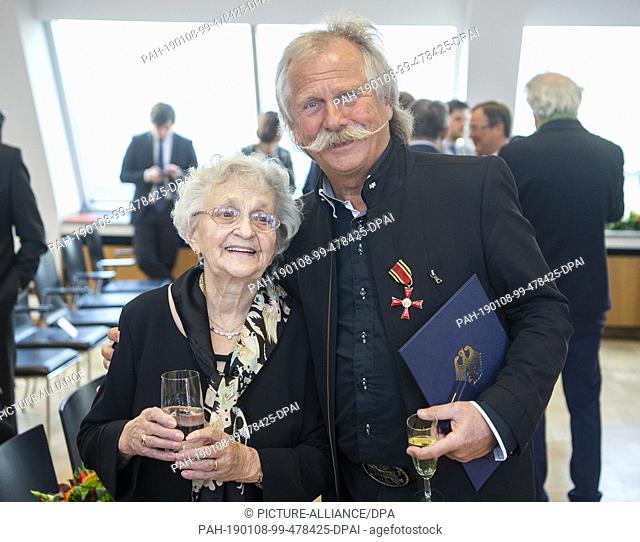 08 January 2019, North Rhine-Westphalia, Düsseldorf: Henning Krautmacher, singer of the band Höhner, is standing with his mother Susanne in the state...