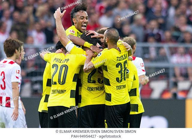 Torschuetze SOKRATIS Papastathopoulos (DO) und seine Mitspieler ueber das Tor zum 2:0 fuer Borussia Dortmund, Jubel, jubeln, jubelnd, Freude, cheers, celebrate